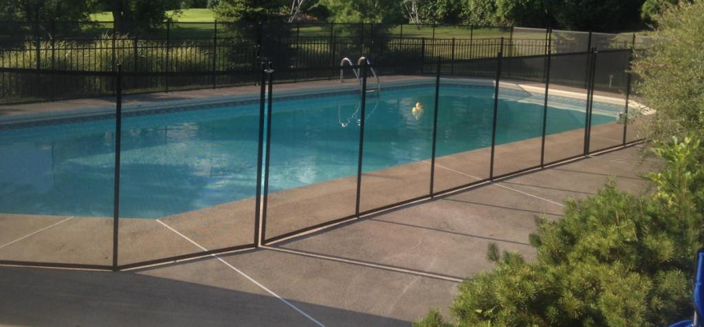 Removable mesh fence